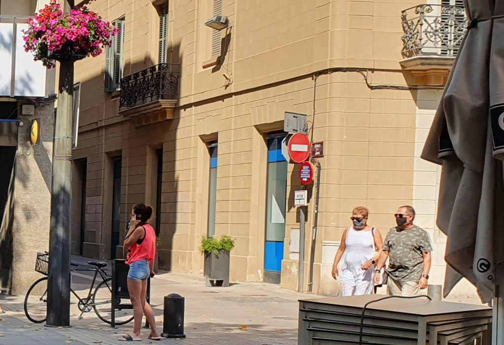 Rambla Principal Vilanova i la Geltrú. Personas con mascarilla en la calle para prevenir el contagio de coronavirus COVID-19