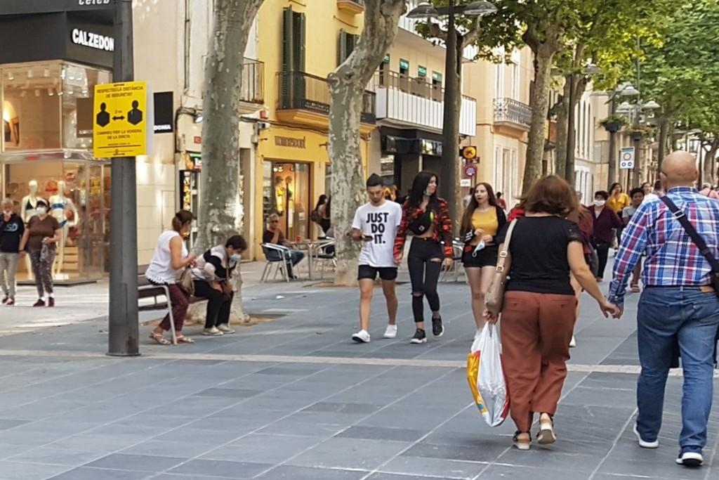 Peatones en la Rambla Principal de Vilanova i la Geltrú, con y sin mascarillas para prevenir contagio coronavirus COVID
