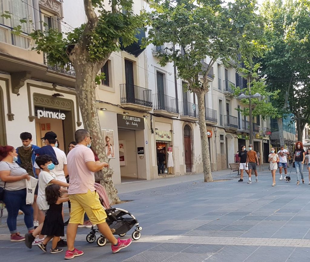 Rambla Principal, Vilanova i la Geltrú. Peatones llevando máscaras.