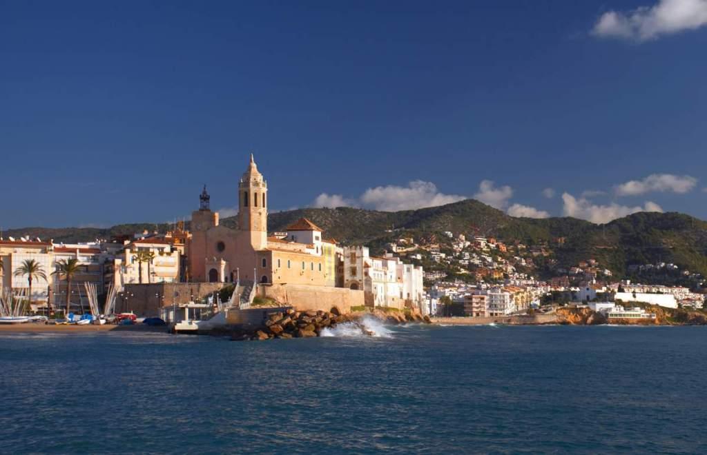 Sitges desde el mar. Uno de los destinos turísticos más conocidos de España y Europa.
