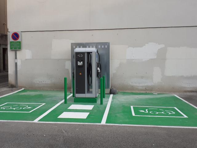 El nuevo punto de recarga de vehículos eléctricos que se ha instalado en el aparcamiento de la calle Escolapis.