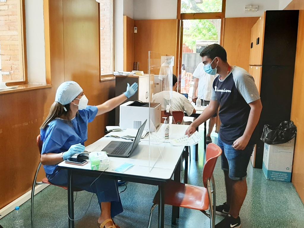 Una enfermera atiende a un joven que va a realizarse la prueba PCR esta semana en Vilafranca del Penedès. Foto: Departament de Salut, Generalitat de Catalunya.