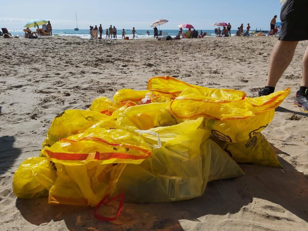 basuras playas Vilanova i la Geltrú