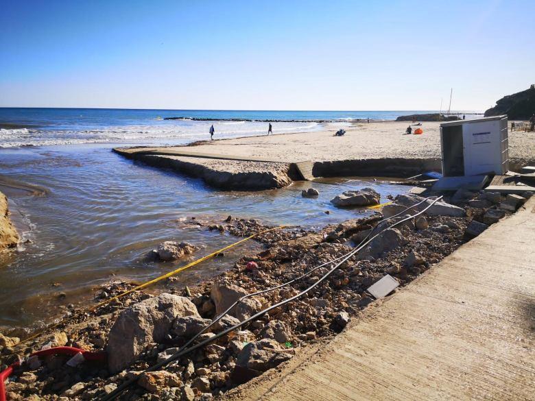 Destrozos en la playa de Vilanova por tormenta