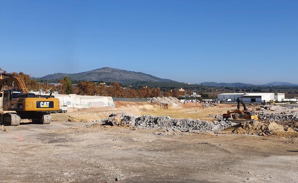 Máquinas excavadoras en las obras del nuevo parque o centro comercial, Villanueva y Geltrú