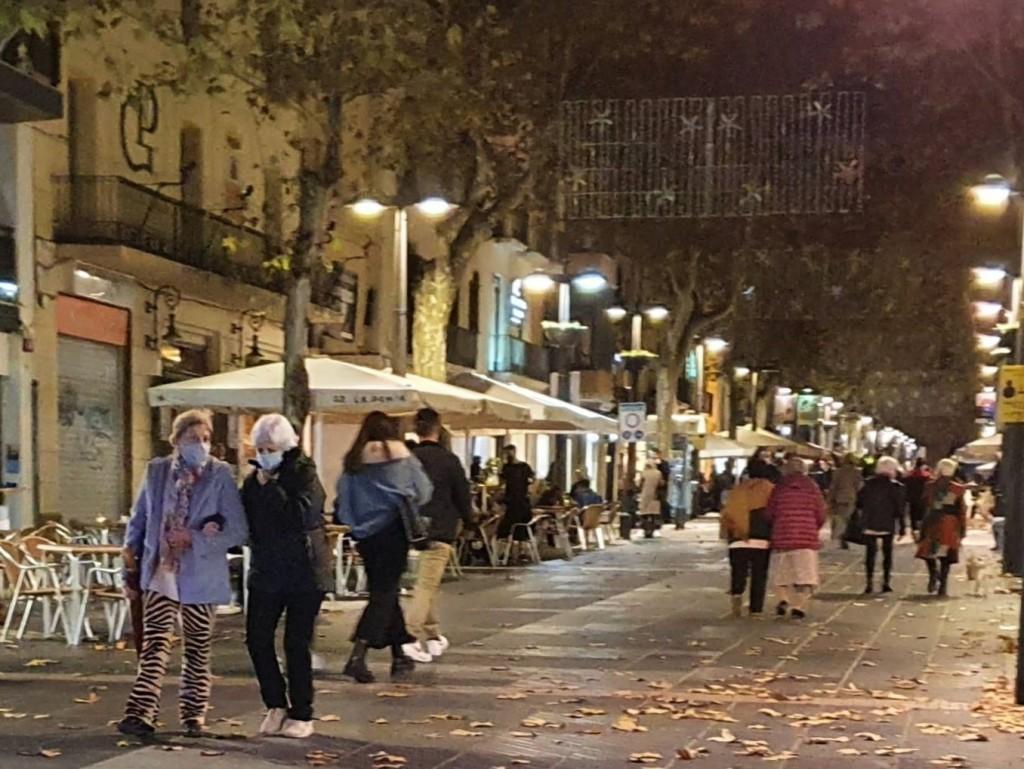 Rambla Principal Vilanova i la Geltrú, gente en la calle con mascarillas, noviembre de 2020, Villanueva y Geltrú