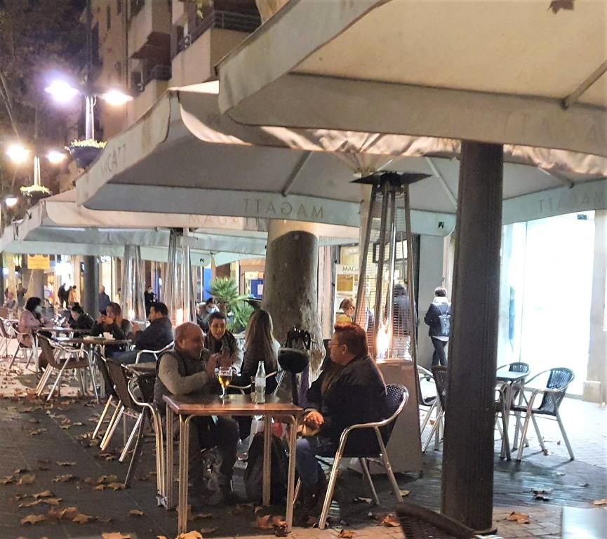 Terrazas en la Rambla Principal de Vilanova i la Geltrú, gente sentada, noviembre 2020, Villanueva y Geltrú