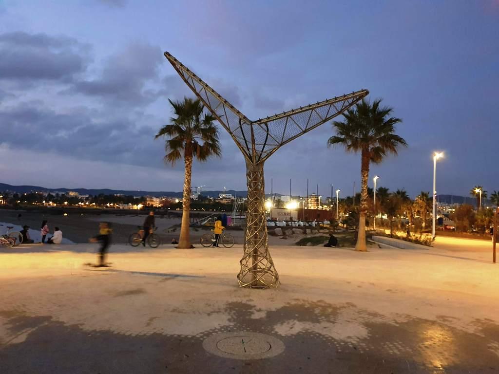 Imagen de la cola de ballena, la nueva fuente ornamental en el puerto de Vilanova i la Geltrú, Villanueva y Geltrú