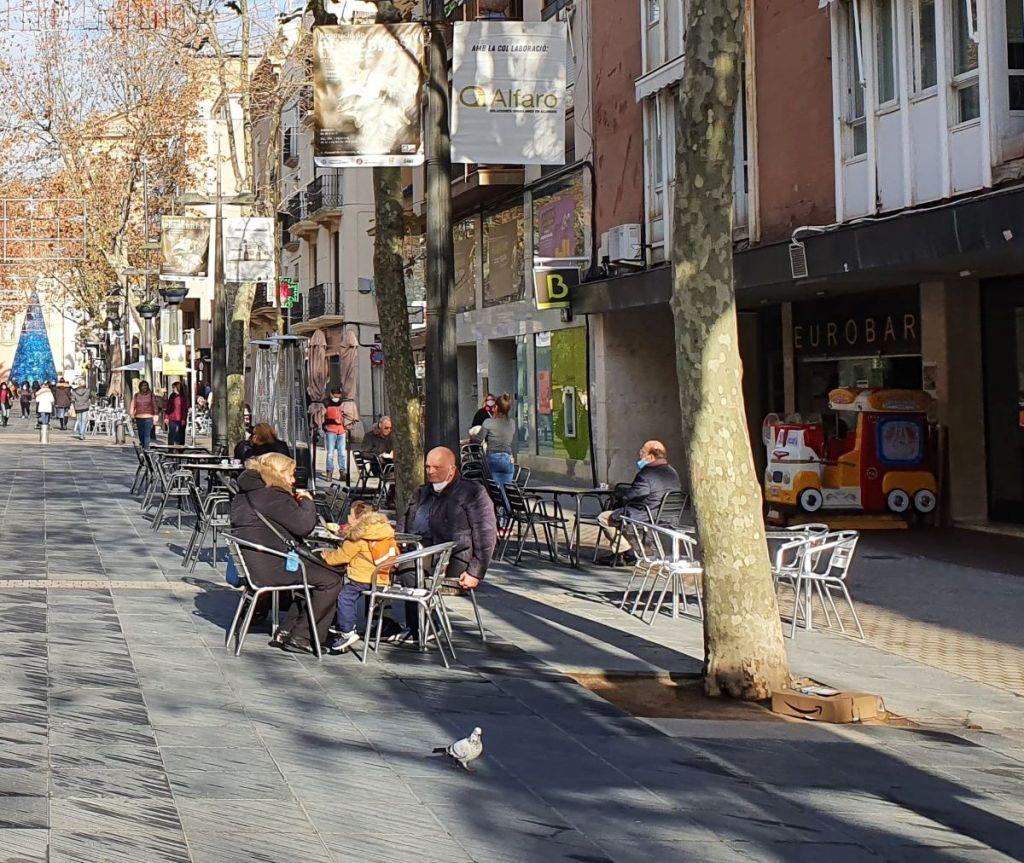 Terrazas de bares y restaurantes en la Rambla Vilanova i la Geltrú, foto Villanueva y Geltrú