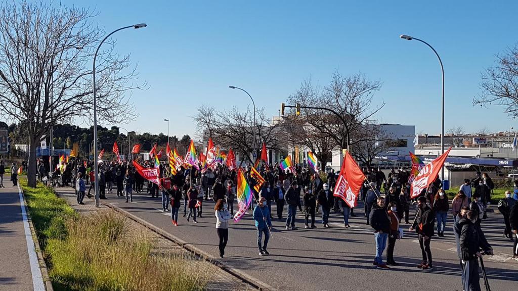 Medio millar de trabajadores participaron en la protesta organizada por CCOO y UGT frente a la fábrica Componentes Vilanova. Foto Villanueva y Geltrú