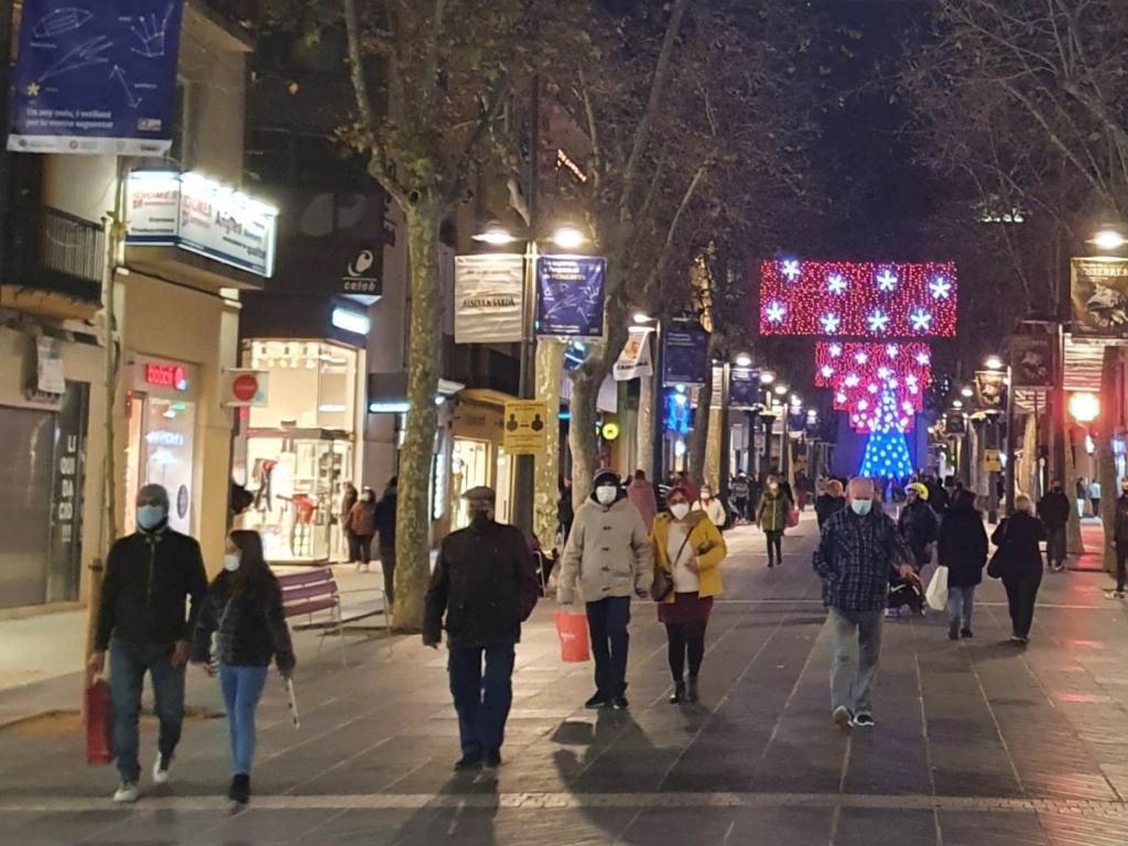 Rambla Principal, Vilanova I la Geltrú. Personas por la calle con mascarilla para prevenir los contagios de coronavirus, diciembre de 2020, Nadal 2020, foto Villanueva y Geltrú