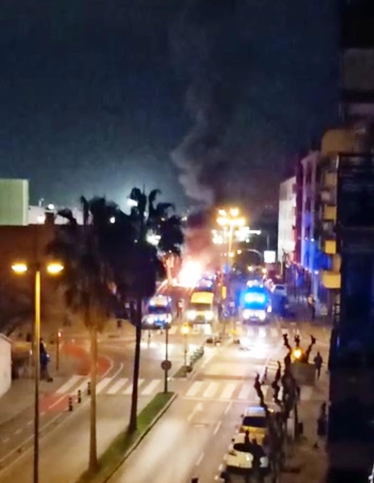 Incendio de contenedores en Vilanova delante Mossos