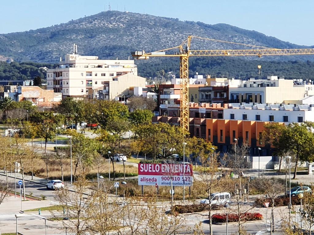 Foto de suelo en venta en Vilanova i la Geltrú, marzo de 2021. Nuevas viviendas. Grúa de la construcción.