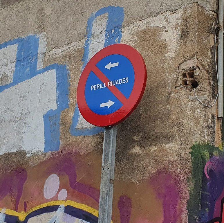 Señal prohibido aparcar por peligro de riadas