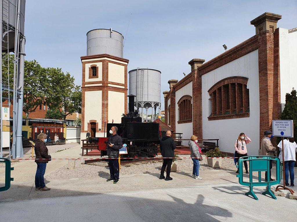 Vacunas coronavirus Vilanova i la Geltrú, Museo Ferrocarril, foto 3, cola en el exterior