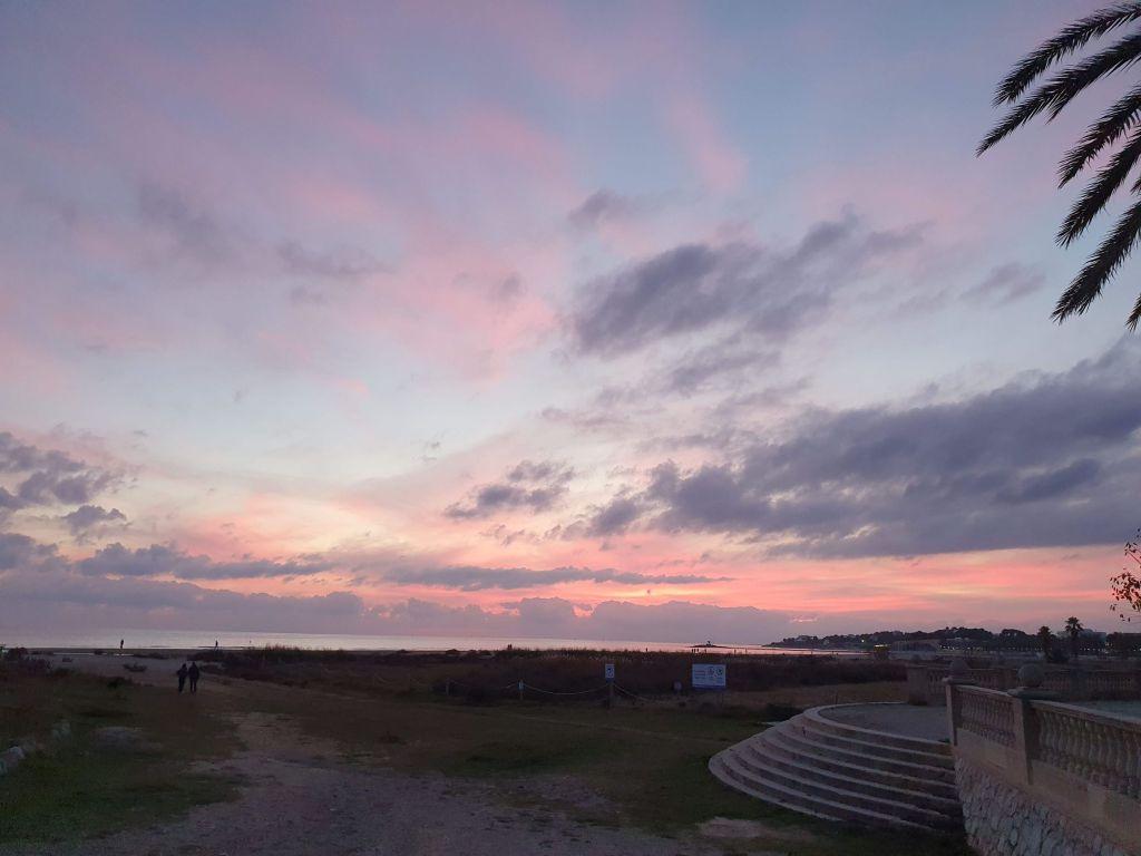 Playas Vilanova i la Geltrú, noche de San Joan, nit de Sant Joan. Escaleras a la playa desde el parque de Ribes Roges