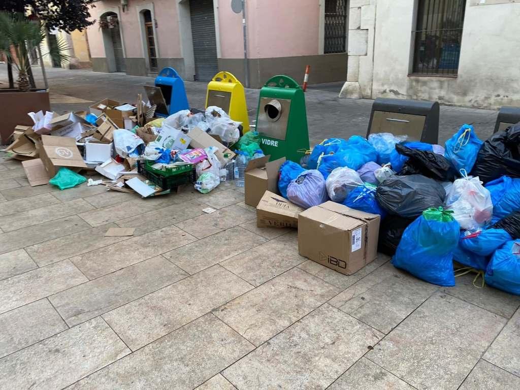 Vilanova i la Geltrú, Barcelona. 13 de agosto, 2021. Los vecinos protestan por la acumulación de basuras en la calle.