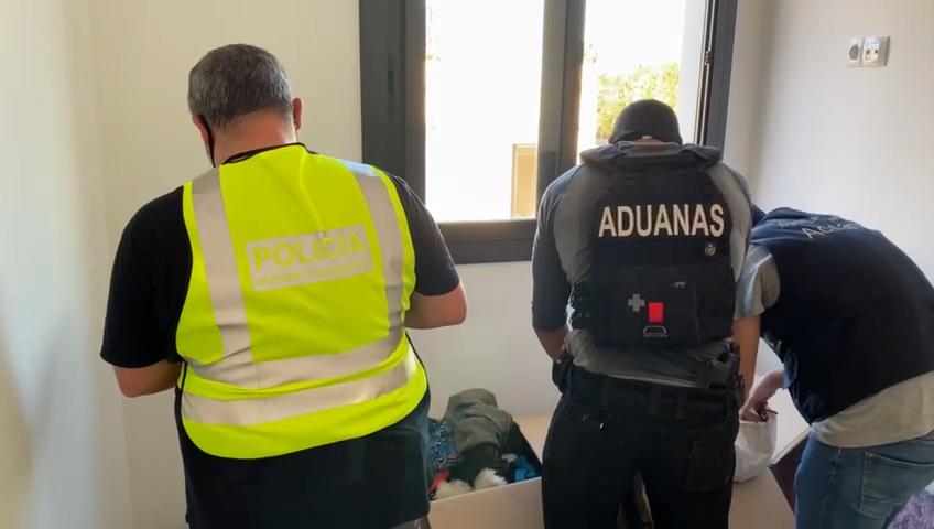 Tráfico de drogas, registros en en Vilanova i la Geltrú, julio de 2021, ligadas a la confiscación en Newry, Irlanda del Norte