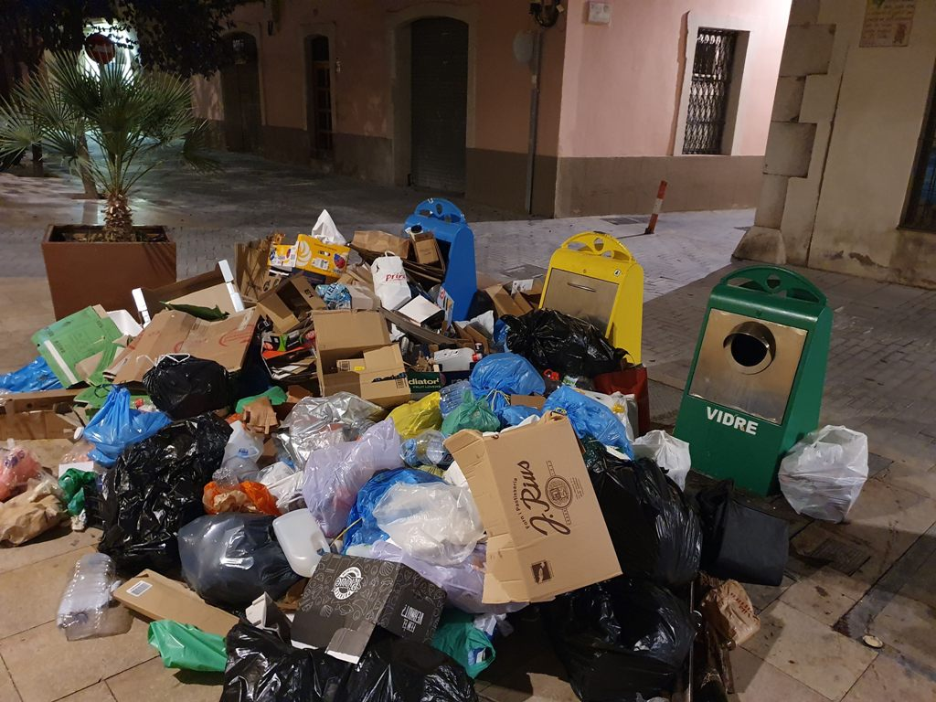 Basuras en la calle, Vilanova i la Geltrú, septiembre de 2021.